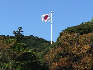 内宮敷地内見上げると、 日の丸の国旗…