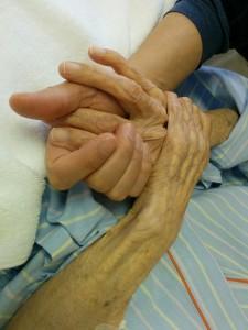 やせ細ったおばあちゃんの手。もう97才…。 見た目は変われど、温もりは昔と変わらない。