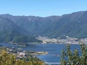 カチカチ山展望台より見た 河口湖。こちらの景色もスバラシイ!